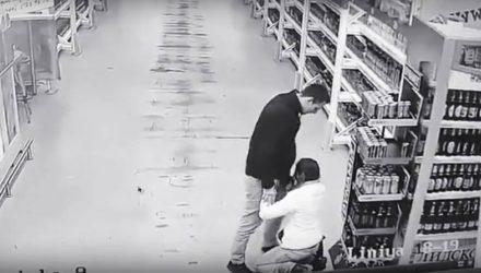 В Гомеле нетрезвая девушка предлагала интим прямо в магазине (видео 18+)