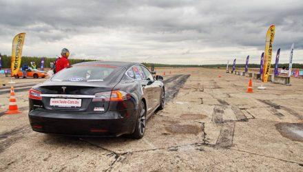 «Поехали на дрегрейсинг в Гомель и обратно». Почему Tesla Model S на 770 лошадей – идеальный болид