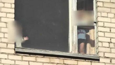 До трагедии оставался один шаг. В Светлогорске мама оставила двух малолетних детей в квартире и ушла по своим делам (видео)