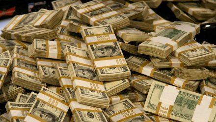 На счету нищего пакистанца нашли 280 миллионов долларов. Он узнал о деньгах, когда его вызвали на допрос
