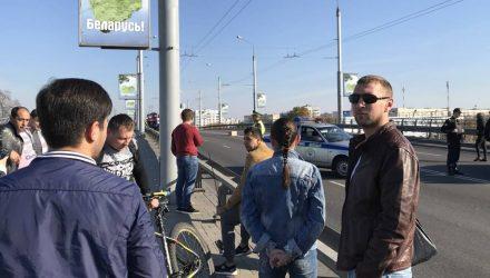 Фотофакт: в Гомеле из-за коробки остановили движение по Полесскому мосту. Подозревают, что это взрывное устройство