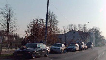ДТП со свадебным кортежем: жених попрыгал по машине милиционера (видео)