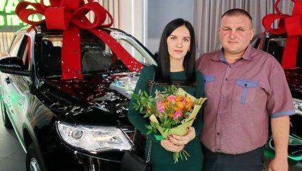 Светлогорский нефтяник скопил денег и хотел подарить жене авто на юбилей, но выиграл внедорожник и передумал