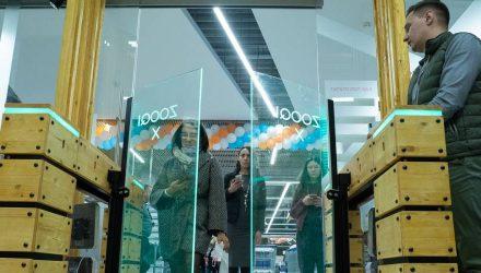 В Беларуси открыли мини-версию Amazon Go — магазина без касс и продавцов
