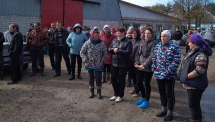 На Гомельщине сельчане протестовали против увольнения директора сельхозпредприятия