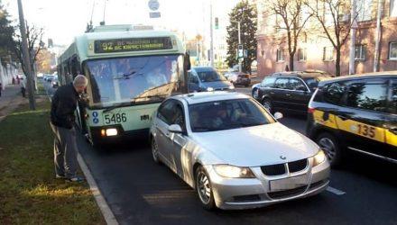 Белорусы – водители BMW и Mercedes – решили проучить троллейбус и автобус, полные пассажиров