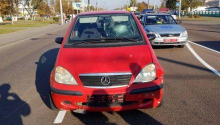 В Гомеле женщина на красной машине проигнорировала красный сигнал светофора и сбила байкера