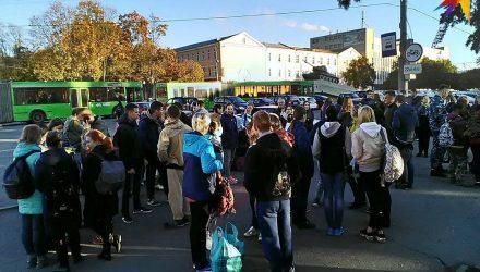 «А теперь медики». Два автобуса гомельских студентов отправились «на морковку» - фотофакт