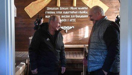 Лукашенко показал Путину Александрию: угостил драниками, родниковой водой, прокатил на ГАЗ-69