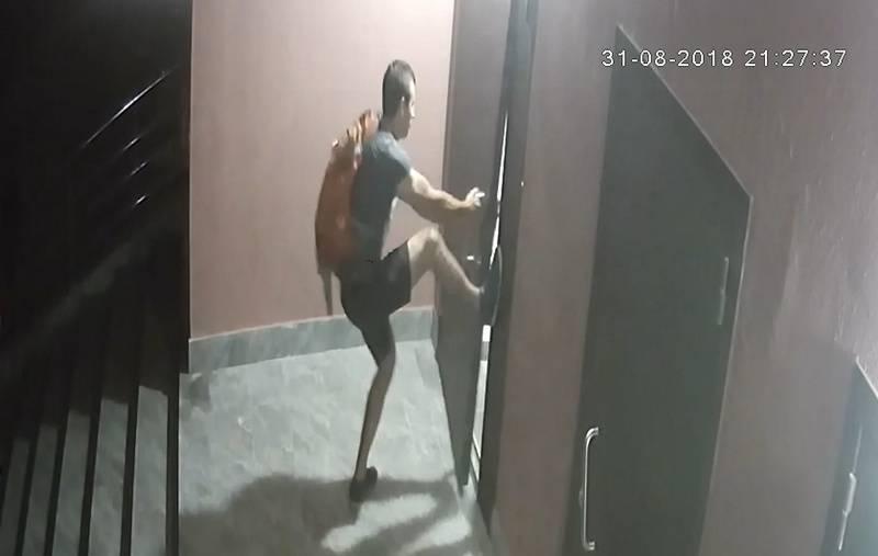Крушил дверь, украли два телефона и металлический щит. Звёзд камер не папарацци, но видеонаблюдения ищет гомельская милиция