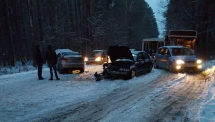 На просёлочной дороге между Гомелем и Речицей из-за снега не разъехались Mitsubishi и BMW