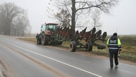 Сотрудники ГАИ уговаривают трактористов обозначать свои транспортные средства фликерами, но те отказываются. Почему?