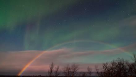 """""""Исключительное явление"""". В Швеции сфотографировали лунную радугу и северное сияние одновременно"""