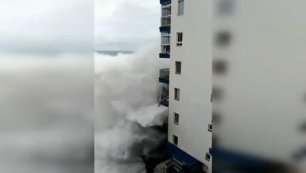 Курорты Испании уходят под воду: шторм сносит балконы на Тенерифе – шокирующее видео
