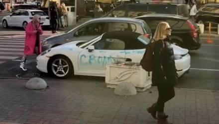 """""""Сволочи"""". В Киеве блондинка изрубила топором элитный Porsche и написала обидное слово – видео"""