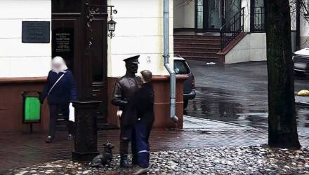 Лицеист ударил милиционера по лицу. Тот оказался памятником и не смог дать сдачи, но рядом проезжал патруль – пришлось извиняться публично