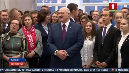 Лукашенко спел комсомольскую песню под аккомпанемент сына (видео)