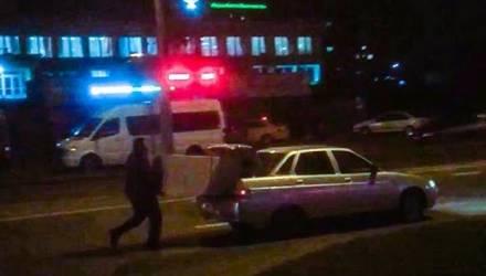 Иностранец в Беларуси комично загрузил в легковушку холодильник и рассмешил интернет (видео)