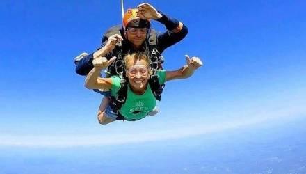 Инструктор по прыжкам с парашютом внезапно отстегнулся от ученика и разбился