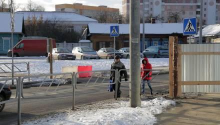 На улице Докутович в Гомеле стройплощадка вытеснила пешеходов на проезжую часть