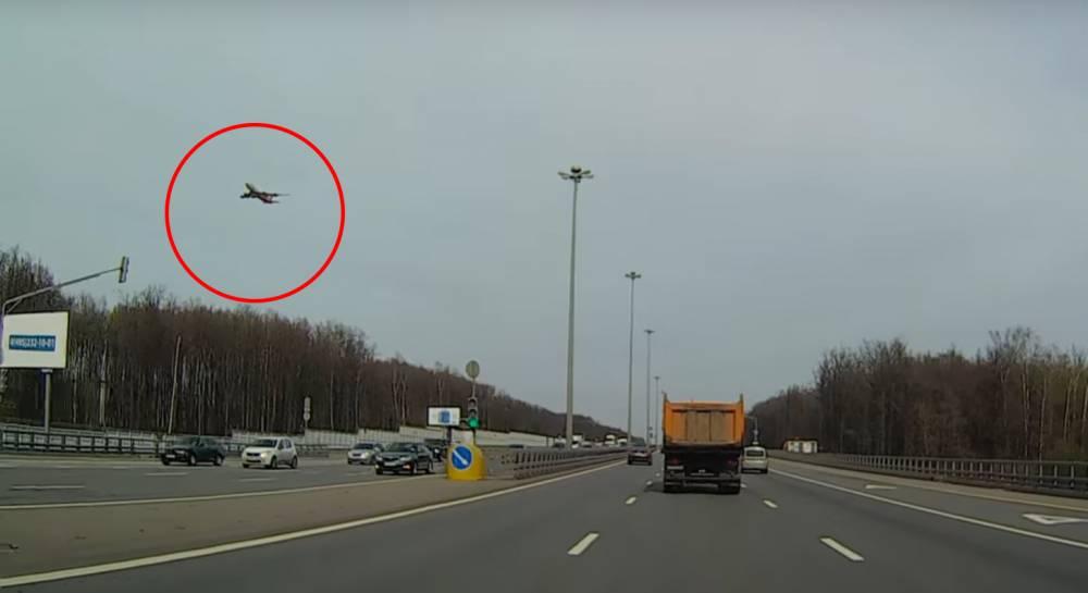 «Матрица сбоит»: в соцсетях обсудили «зависший в воздухе» над Внуково самолёт