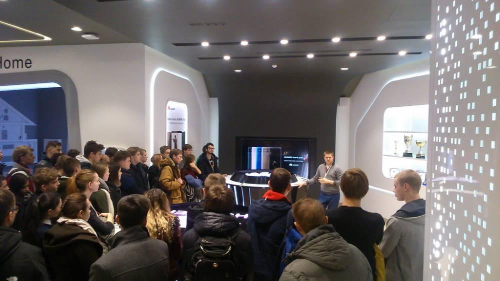 Гомельских студентов свозили в Минск и рассказали, почему Huawei лучше