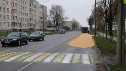 Фотофакт: в Рогачёве у МАЗа с зерном на ходу открылся борт
