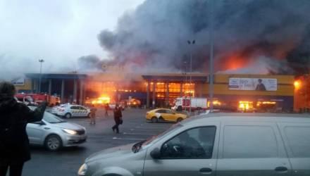 В Петербурге загорелся гипермаркет – рухнула крыша, есть пострадавшие