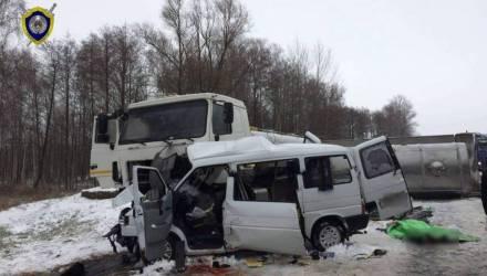 Смертельное ДТП на М10: вылетевший под молоковоз микроавтобус вёз женщин на рынок в Калинковичи