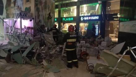 Теперь и в Беларуси. В столичном торговом центре обвалился потолок (фото, видео)