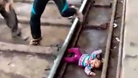 Видеофакт: годовалая девочка выпала из рук матери прямо под поезд и выжила