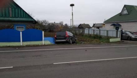 Комбо. В Турове водитель Volvo зацепил стоящий BMW, врезался в VW, наехал на пешехода и снёс забор