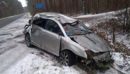 Под Гомелем водитель Toyota не рассчитал скорость на скользкой дороге и улетел в кювет, где перевернулся