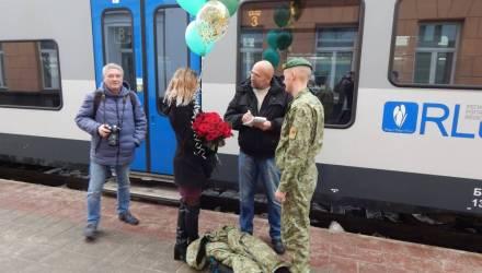 PRO любовь. Гомельчанин вернулся из армии и прямо на перроне вокзала сделал предложение своей девушке
