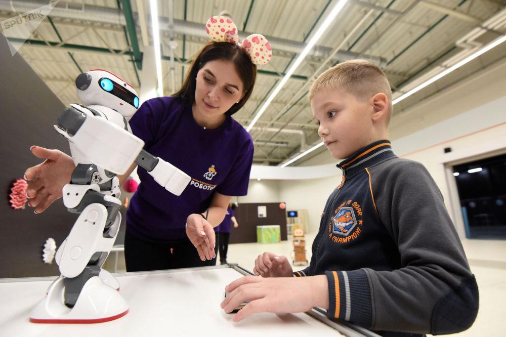 Это интересно. В Гомель привезли роботов самых разных форм, размеров и предназначений