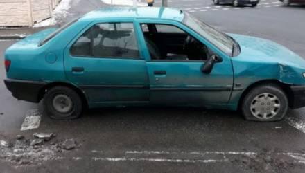 Два водителя-белоруса прямо на дороге порезали друг другу шины из-за ссоры