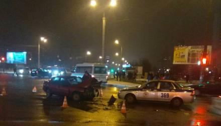 Фотофакт: на Речицком проспекте в Гомеле столкнулись две легковушки – водителей увезла скорая
