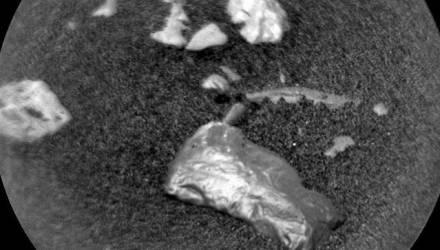 На Марсе нашли неизвестный блестящий объект