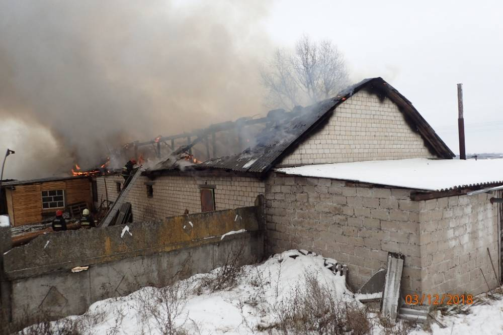 В Гомельском районе горел цех по производству памятников