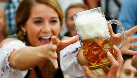 В Житковичах 19-летняя девушка купила пиво и угостила несовершеннолетнюю подружку. Штраф составил 270 рублей