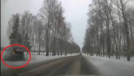 Опасности зимней дороги: белорусов крутануло в кювет с деревьями и подбросило – видео