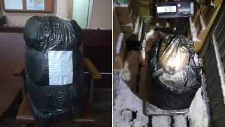 42 кг. Под Гомелем местный житель пожаловался милиционерам, что несёт уж больно тяжёлый мешок с насваем