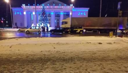 """Праздничное милое ДТП. В Гомеле напротив ёлки собрался новогодний """"паровозик"""" из авто"""
