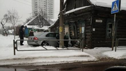 Курьёзный фотофакт: под Новый год в Гомеле Ford въехал в дом по ул. Ленинградской