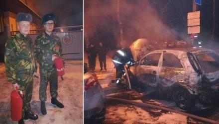 """""""Куда вы! Сейчас рванёт!"""" Гомельчанин-солдат Александр Кобов помог столичным спасателям при тушении авто"""