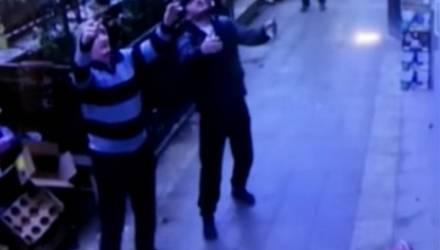 Прохожие поймали девочку, которая выпала с 5-го этажа – видео