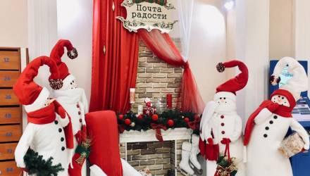 «И камин, и теплая атмосфера»: в Гомеле в почтовых отделениях организовали новогодние фотозоны