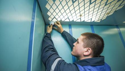Гомельчане перестанут писать в лифтах. Специалистами установлены первые камеры видеонаблюдения в кабинах