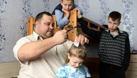 Борщи, колготки и косички. Многодетный белорус ушёл в декрет вместо жены