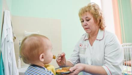 """""""Я хочу им дать то, чего у них нет - материнскую ласку"""": няня помогает гомельским медикам ухаживать за отказничками"""